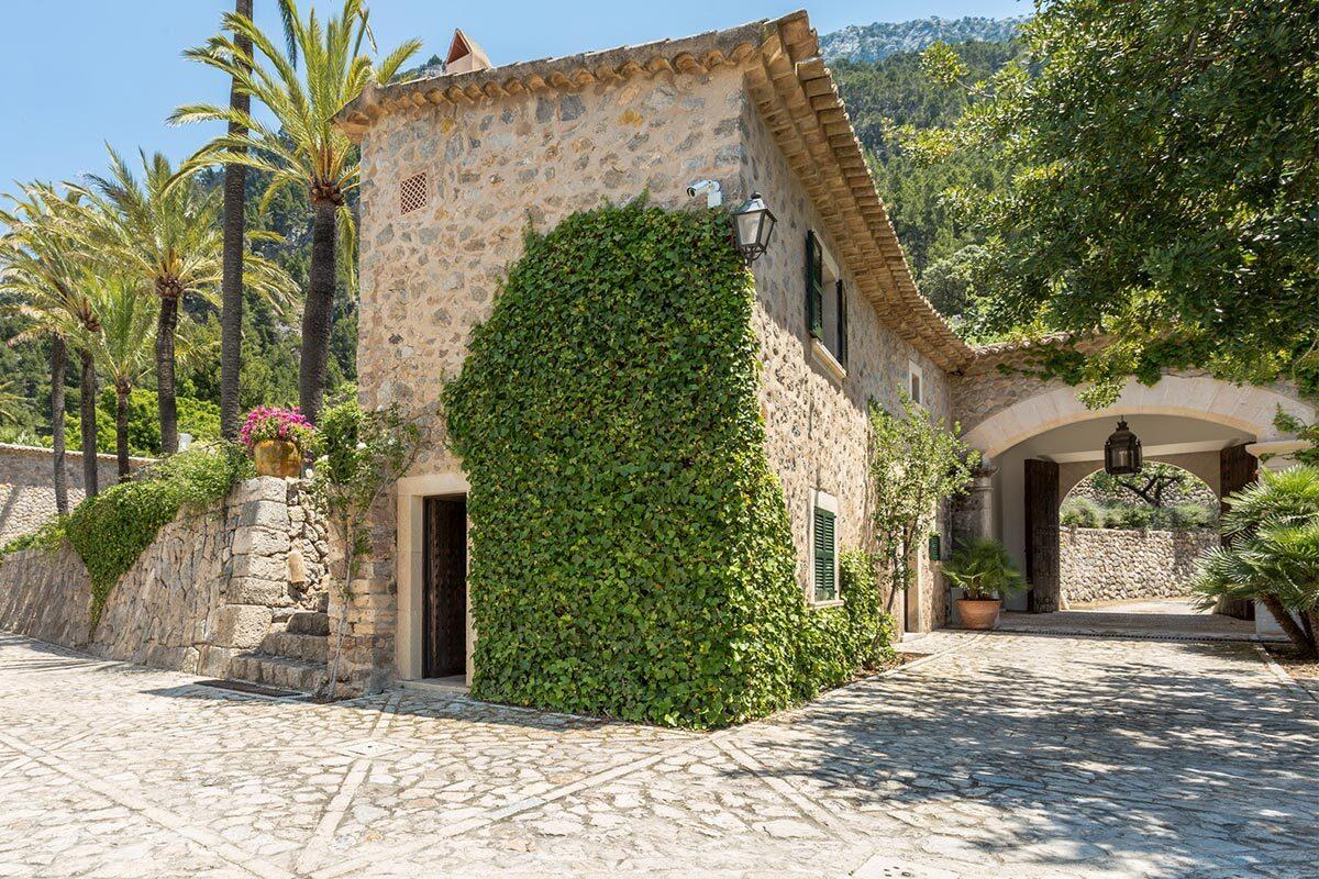 Casa rustica Mallorca con palmeras y montaña