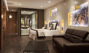 habitación con cama y sofá